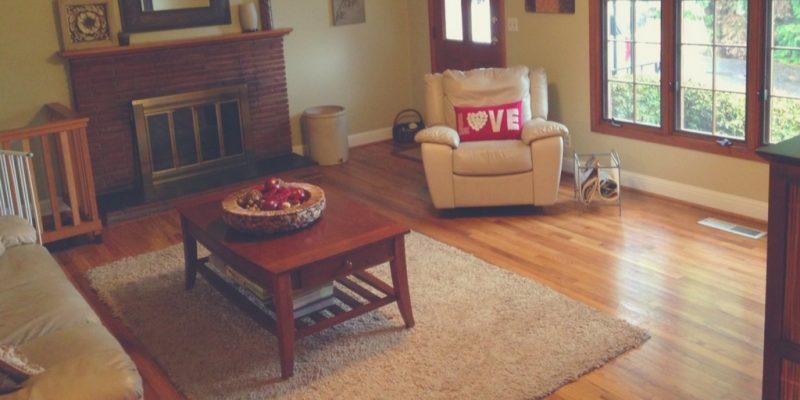 Alfombra bajo muebles de madera