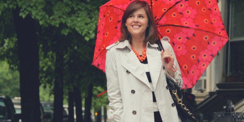 mujer con paraguas para temporada de lluvias