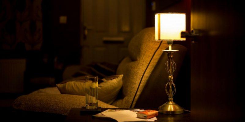 lampara en sala de casa