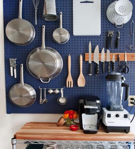 Colgar los utensilios en la pared de la cocina
