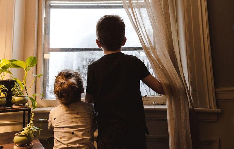 Niños en una ventana