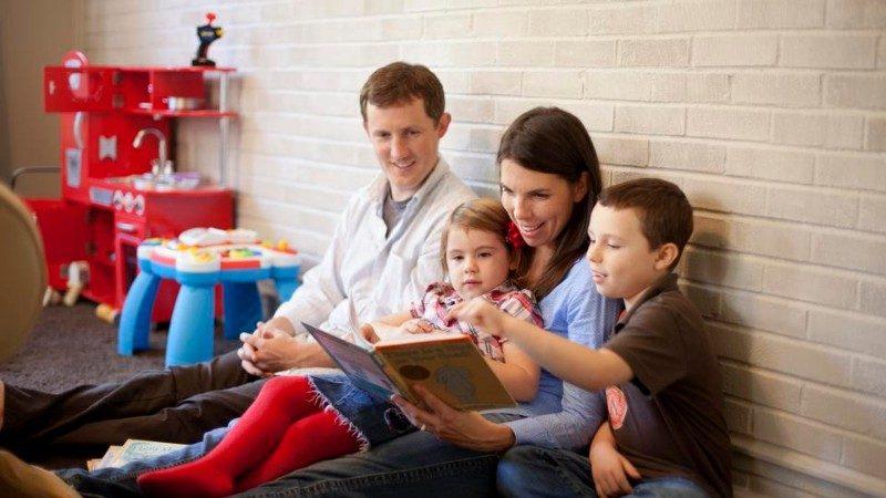 familia leyendo en casa