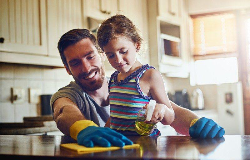 limpieza con niños en casa