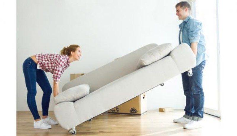 pareja acomodando muebles