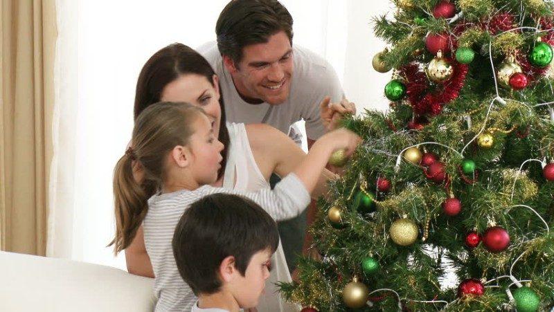 Decorar Arbol de Navidad en Familia