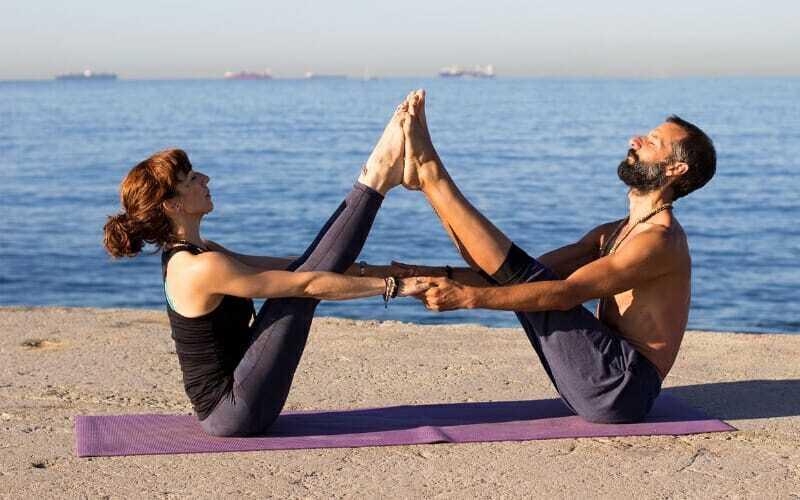 Parejas que hacen yoga