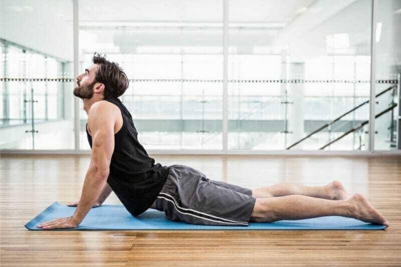 Hombre haciendo yoga