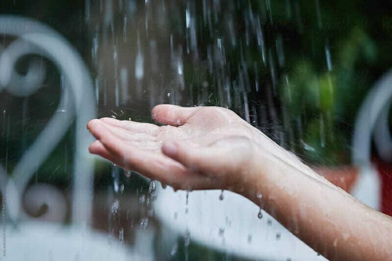 Agua cayendo sobre manos