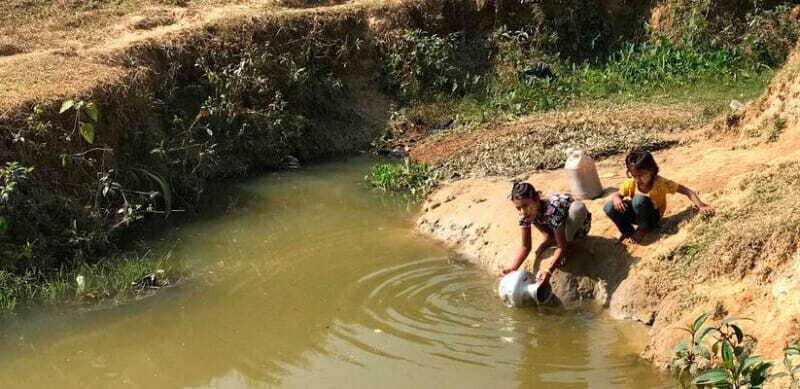 Niños recogiendo agua