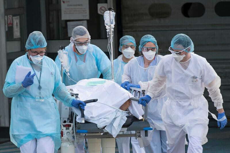 médicos cuidando paciente