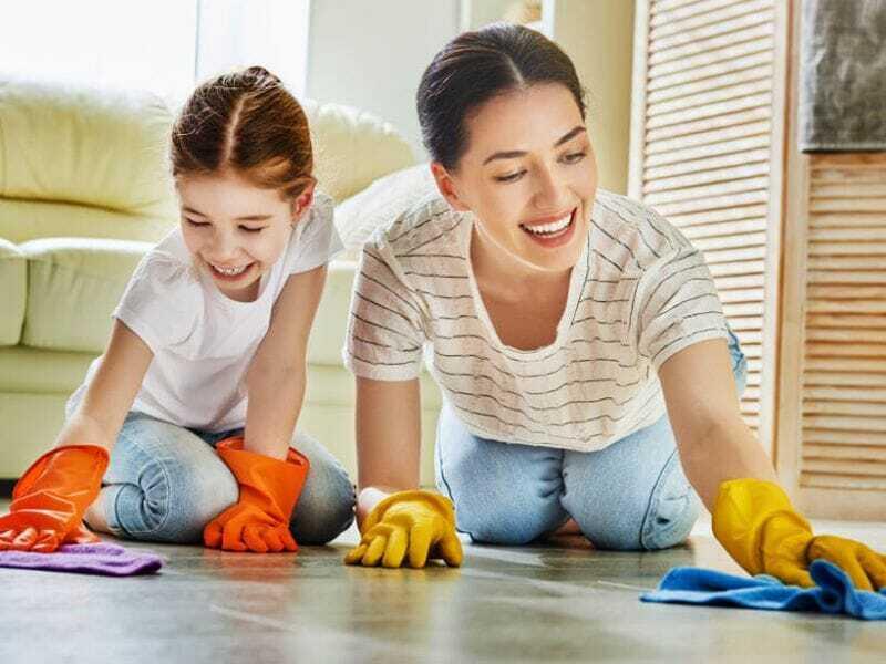 Niños Ayudando a Limpiar